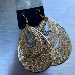 Gold filigree teardrop dangle earring